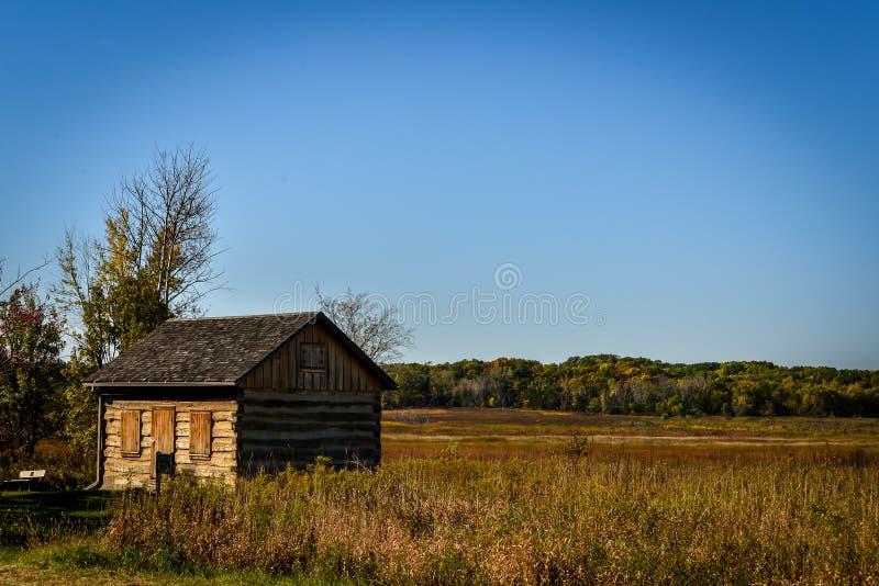 Старая бревенчатая хижина в поле в Висконсине стоковое изображение rf