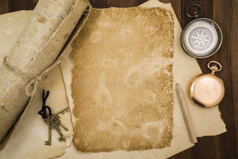 Старая бумага, компас, карманный вахта на деревянной предпосылке стоковые изображения rf