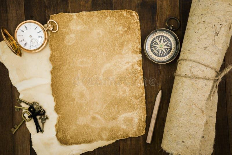 Старая бумага, компас, карманный вахта на деревянной предпосылке стоковые фотографии rf