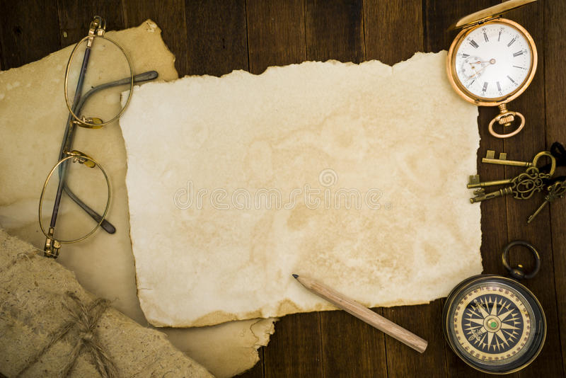 Старая бумага, компас, карманный вахта на деревянной предпосылке стоковые фото