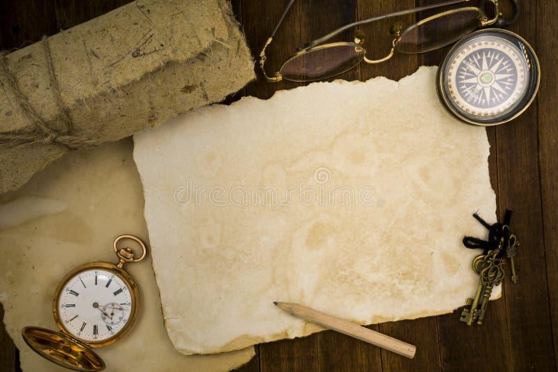 Старая бумага, компас, карманный вахта на деревянной предпосылке стоковое изображение rf