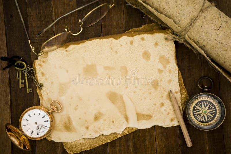 Старая бумага, компас, карманный вахта на деревянной предпосылке стоковое фото rf
