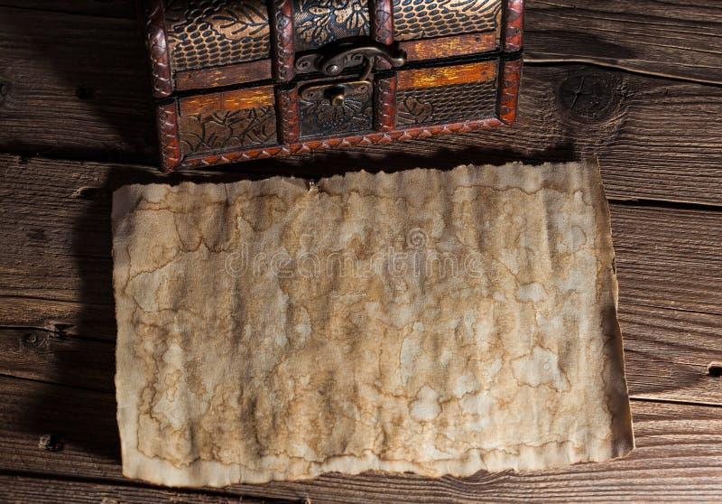 Старая бумага на древесине стоковая фотография rf