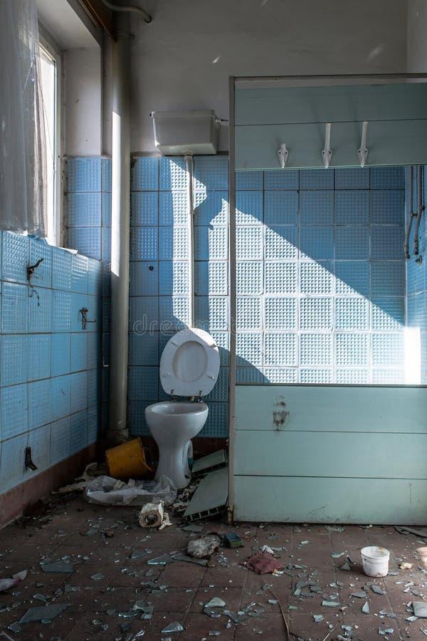 Старая ванная комната стоковая фотография