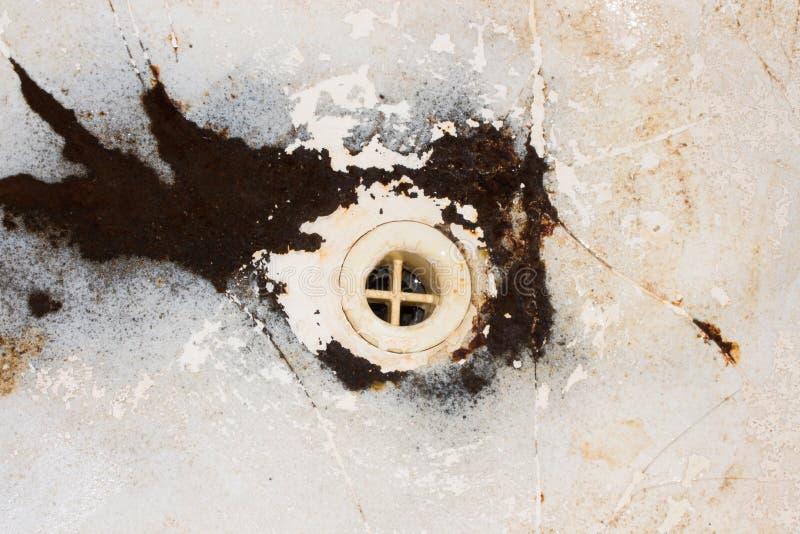 Старая ванна литого железа стоковое изображение rf