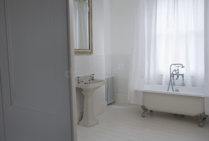 Старая введенная в моду ванная комната стоковое изображение