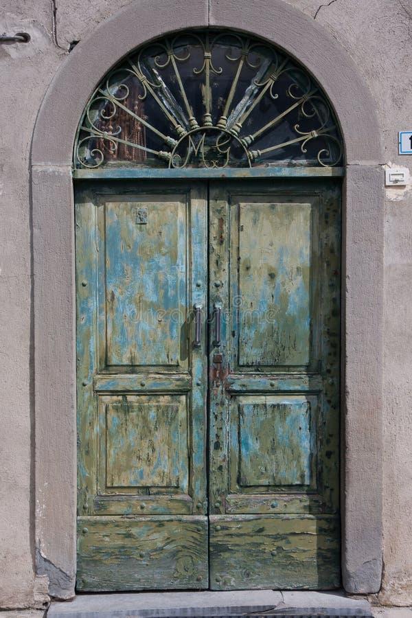 старая двери зеленая стоковое изображение rf