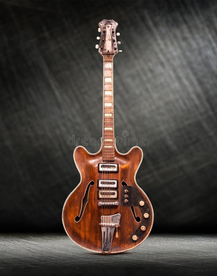 Старая вертикаль электрической гитары стоковые фото
