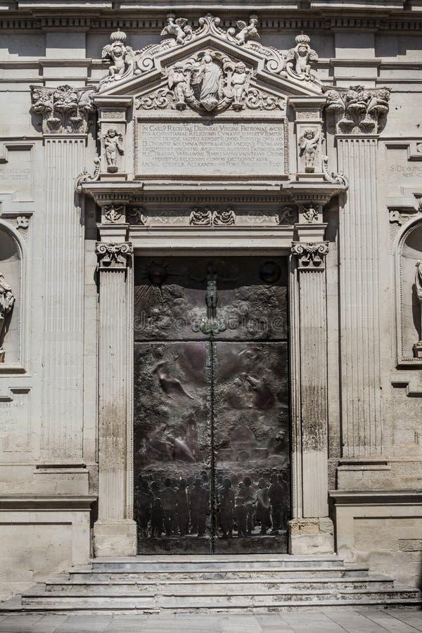 Старая дверь в квадрате известной церков базилики святого креста Италия стоковые фотографии rf