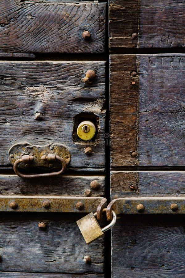 Старая дверь с ручкой и padlock стоковые фото