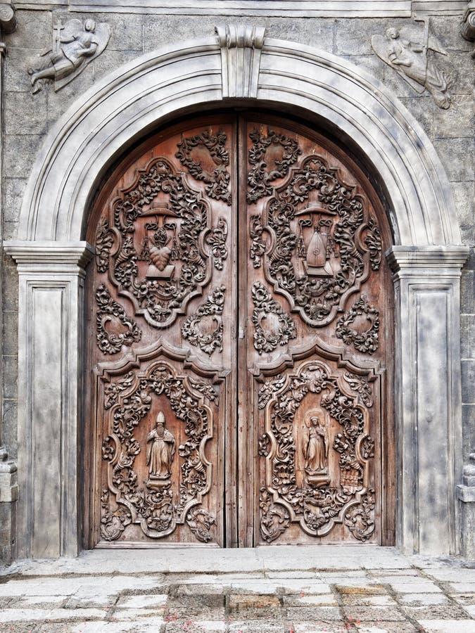 Старая дверь церков San Agustin (Манилы, Филиппин) стоковое фото
