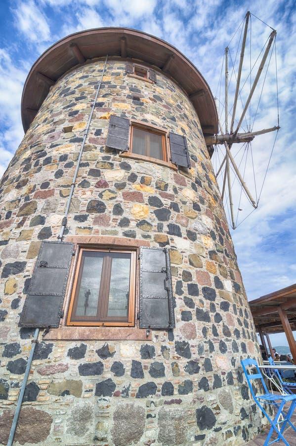 Старая ветрянка на острове Cunda Alibey в Balikesir Турции Оно было вызвано церковью Ажио Yannis, в настоящее время вызывая библи стоковые изображения