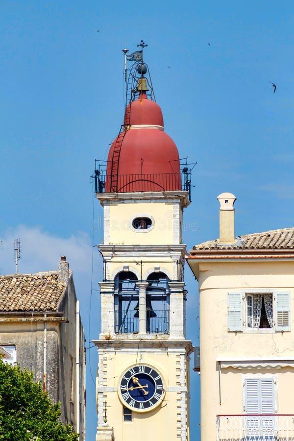 Старая византийская башня с часами на предпосылке города стоковое изображение rf