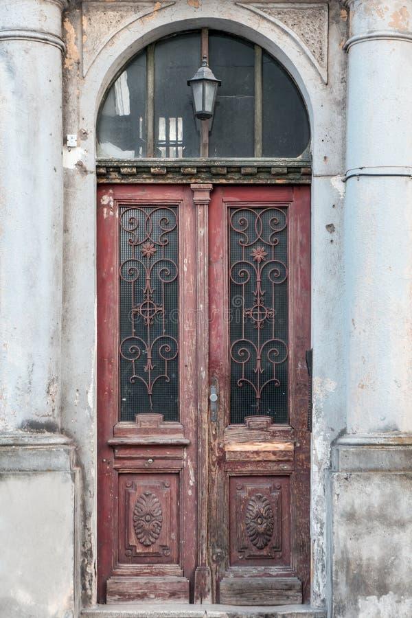 Старая винтажная затрапезная дверь с фонариком стоковые изображения