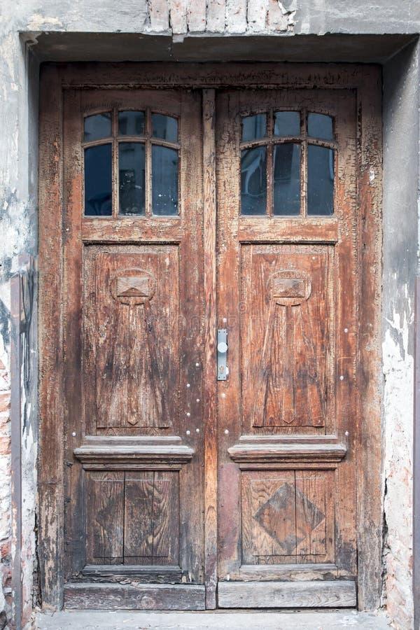 Старая винтажная затрапезная коричневая дверь стоковые фото
