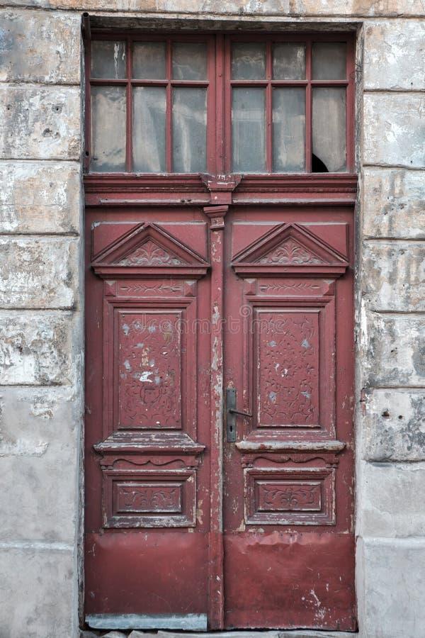 Старая винтажная затрапезная красная дверь стоковые фотографии rf