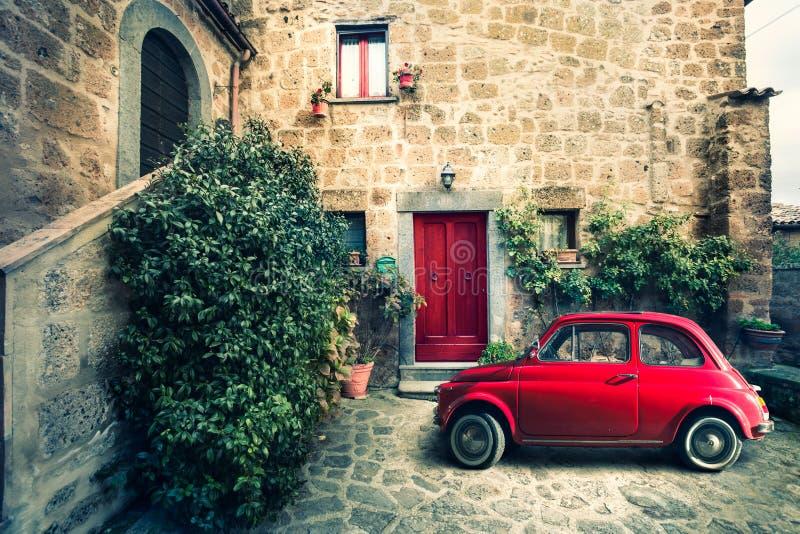 Старая винтажная итальянская сцена Малый античный красный автомобиль фиат 500 стоковое изображение rf