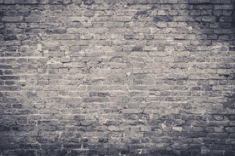 Старая винтажная и гранулированная красная кирпичная стена текстура с царапинами и трещинами в черно-белом цвете, тональный стоковое изображение rf