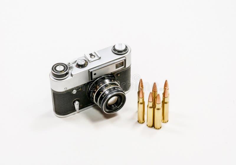 Старая винтажная камера и автоматические патроны стоковые фото