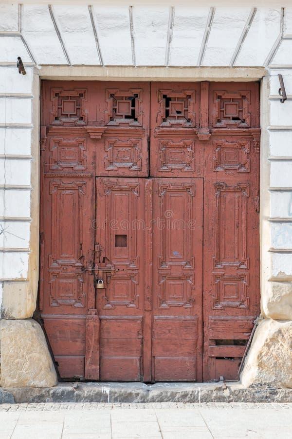 Старая винтажная красная двойная дверь стоковое фото