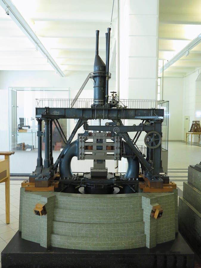 Старая винтажная машина прессы металла на мастерской изготовления стоковое фото rf