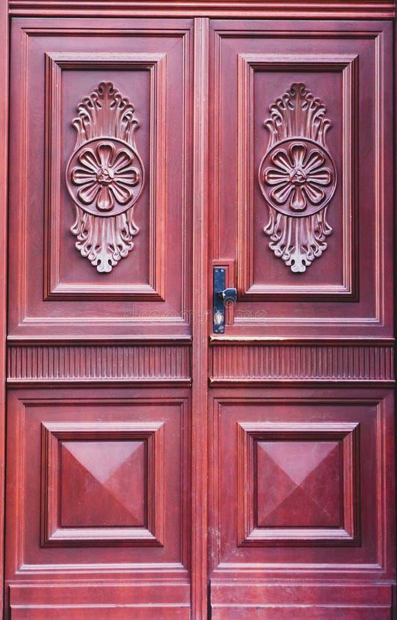 Старая винтажная ретро красная дверь с различным изолятом картин стоковая фотография rf