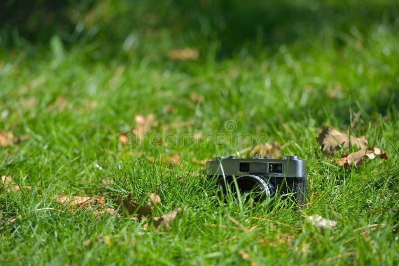 Старая винтажная сетноая-аналогов камера фото дальномера в gra осени природы стоковые изображения