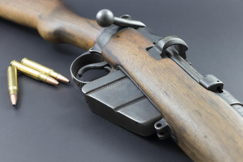 Старая винтовка звероловства с пулями стоковые фотографии rf