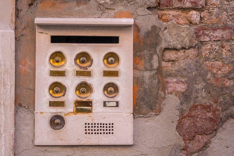 Старая внутренная связь в Венеции с золотыми кнопками, Италии стоковая фотография