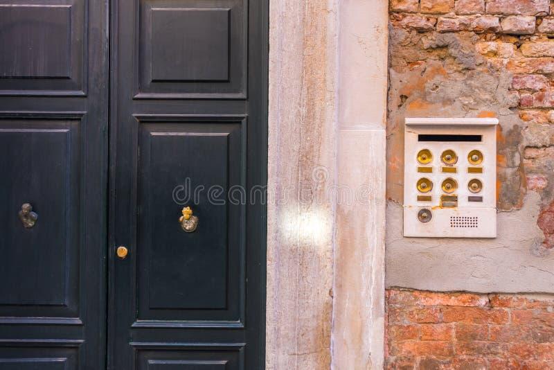 Старая внутренная связь в Венеции с золотыми кнопками, Италии стоковые фотографии rf