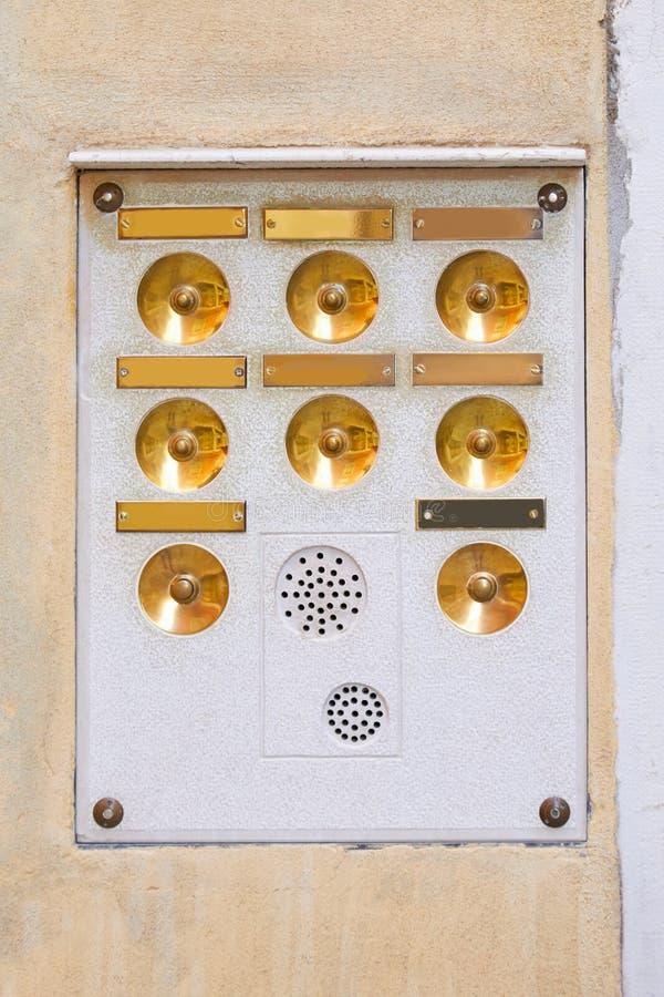 Старая внутренная связь в Венеции с золотыми кнопками и пустыми плитами стоковое фото rf