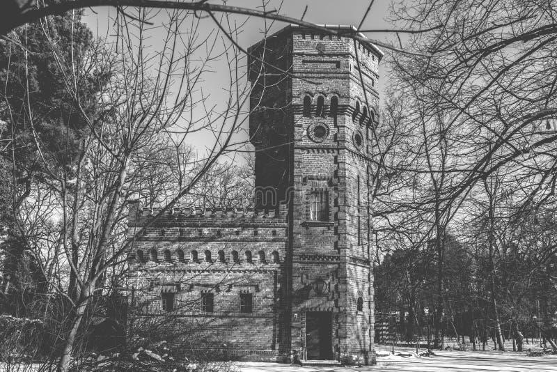 Старая водонапорная башня кирпича, Konstancin-Jeziorna, Польша стоковое изображение rf