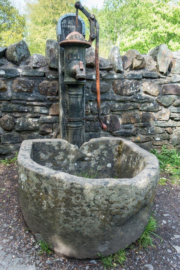 Старая водяная помпа на Национальном музее St Fagans истории в Кардиффе 27-ого апреля 2019 стоковые фотографии rf