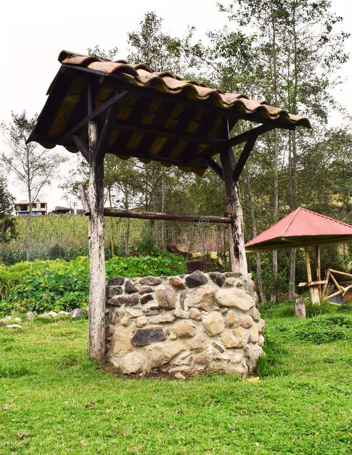 Старая водяная скважина в саде стоковое изображение rf