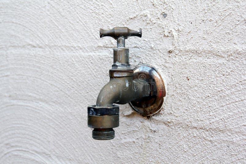 старая вода из крана стоковая фотография