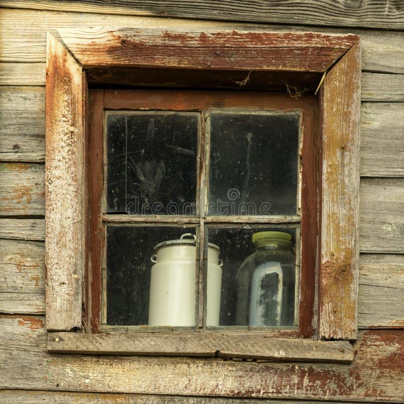 Старая выдержанная грубая деревянная стена с пакостным окном Естественная винтажная пакостная текстура Специально сохраненный сел стоковая фотография rf