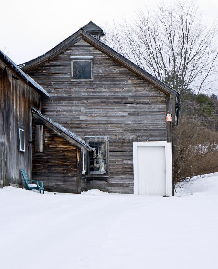 Старая выдержанная древесина амбара в зиме стоковые фото