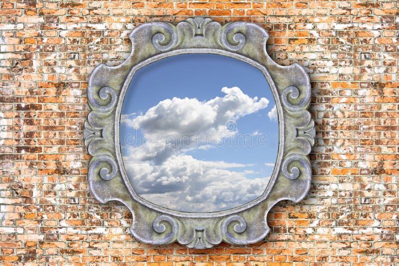 Старая высекаенная каменная рамка с небом в середине на предпосылке кирпичной стены иллюстрация вектора