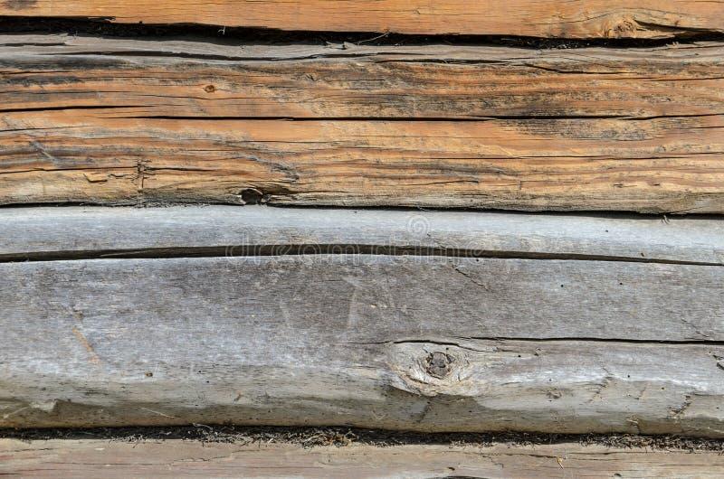 Старая выдержанная естественной постаретая бревенчатой хижиной текстура части фасада стены стоковые фотографии rf