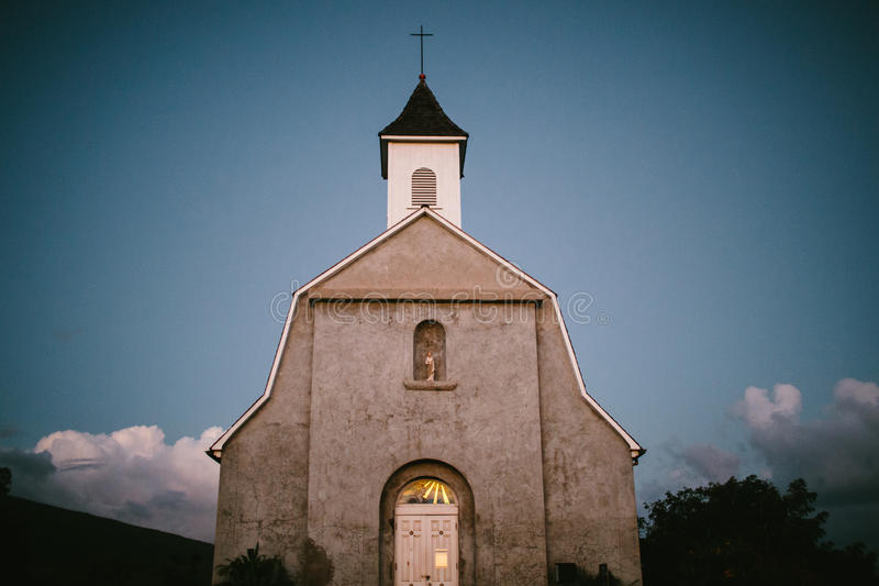 Старая гаваиская церковь на сумраке стоковое фото