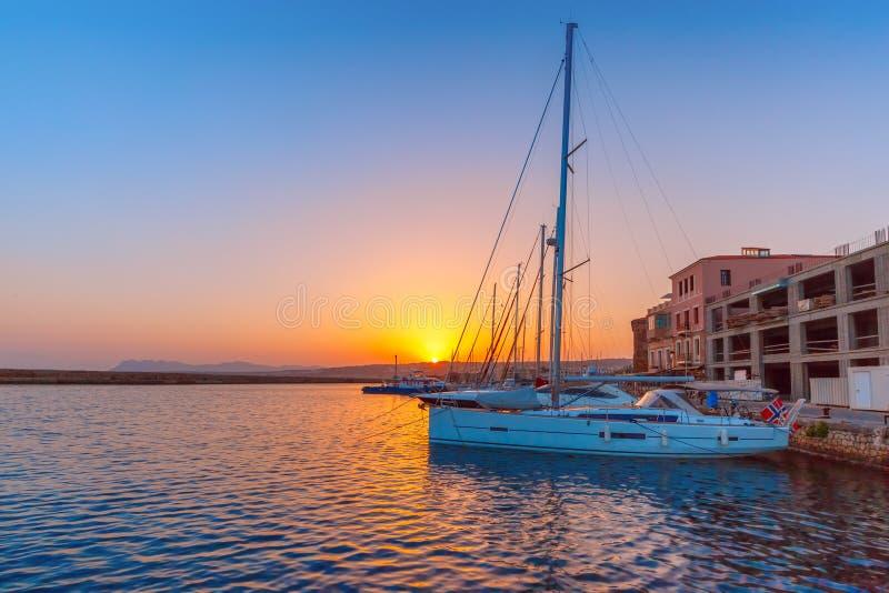 Старая гавань на заходе солнца, Chania, Крит, Греция стоковые изображения