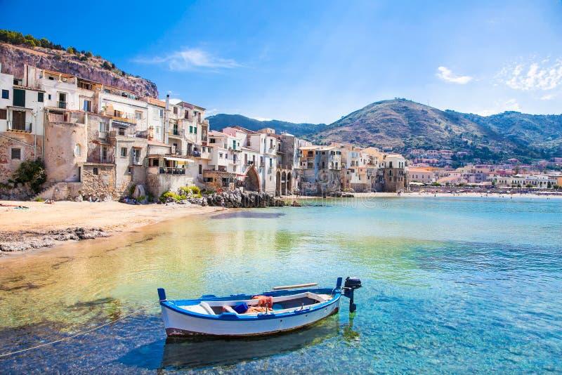 Старая гавань с деревянной рыбацкой лодкой в Cefalu, Сицилии стоковые изображения rf