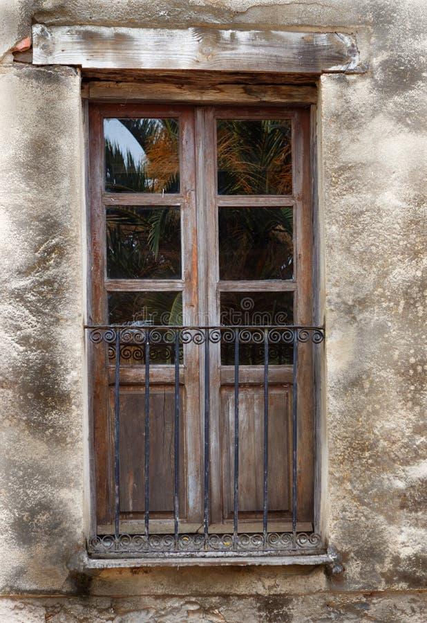Старая дверь балкона с железными перилами стоковое фото rf