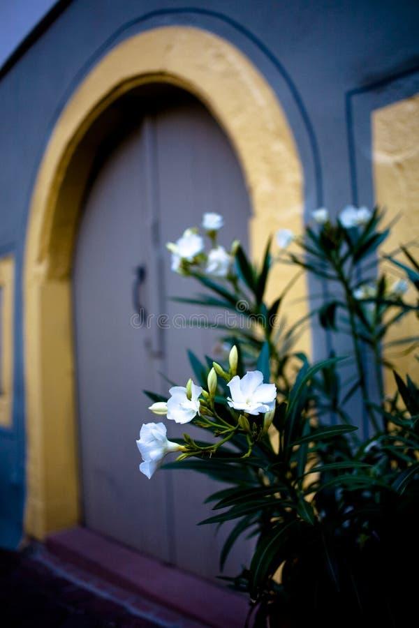 Старая дверь в старом городке стоковое изображение