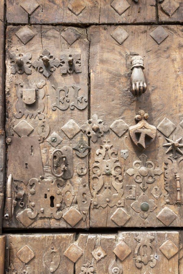 Старая дверь в estella-Lizzara, Наварре Испании, детали стоковое изображение