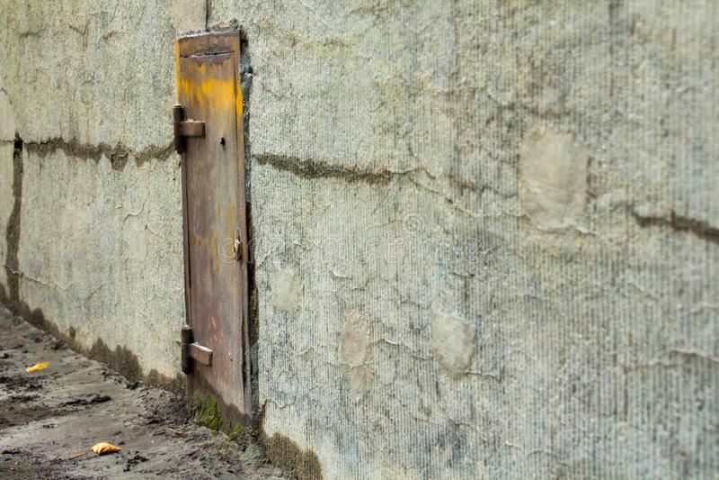 Старая дверь металла в бетонной стене стоковые фотографии rf