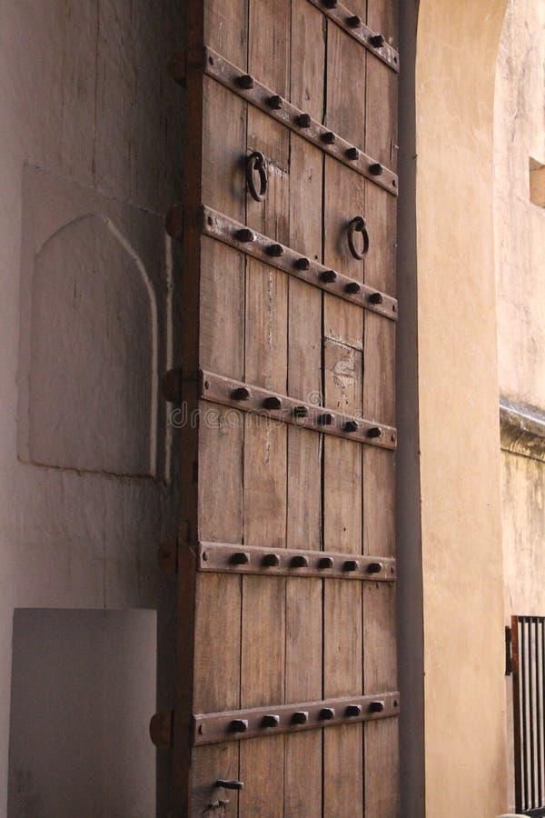 Старая дверь на форте Amer, Джайпуре, Раджастхане, Индии стоковые фотографии rf