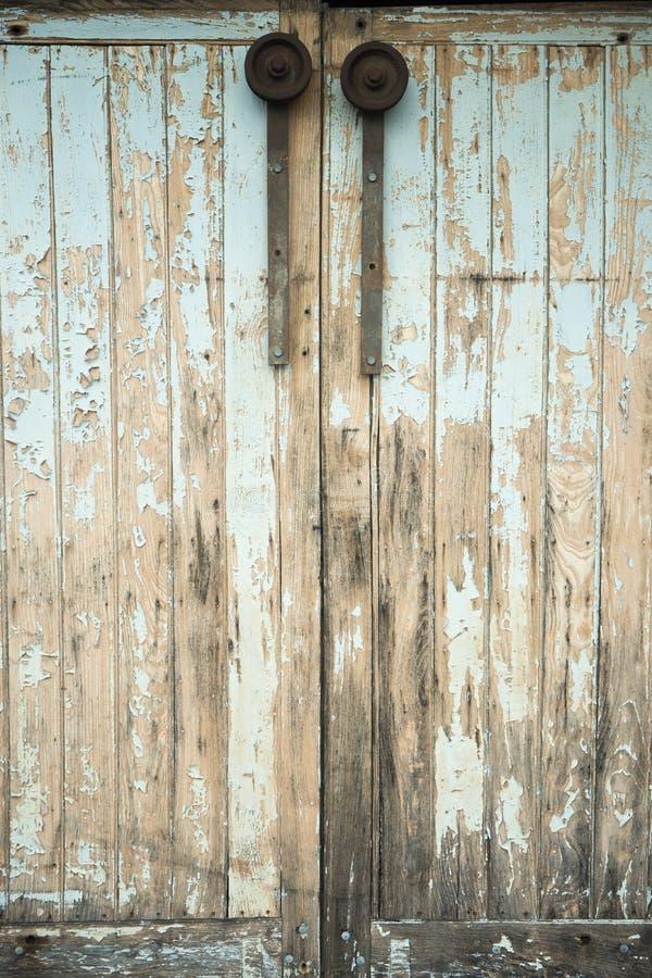 Старая дверь со слезать краску стоковое фото