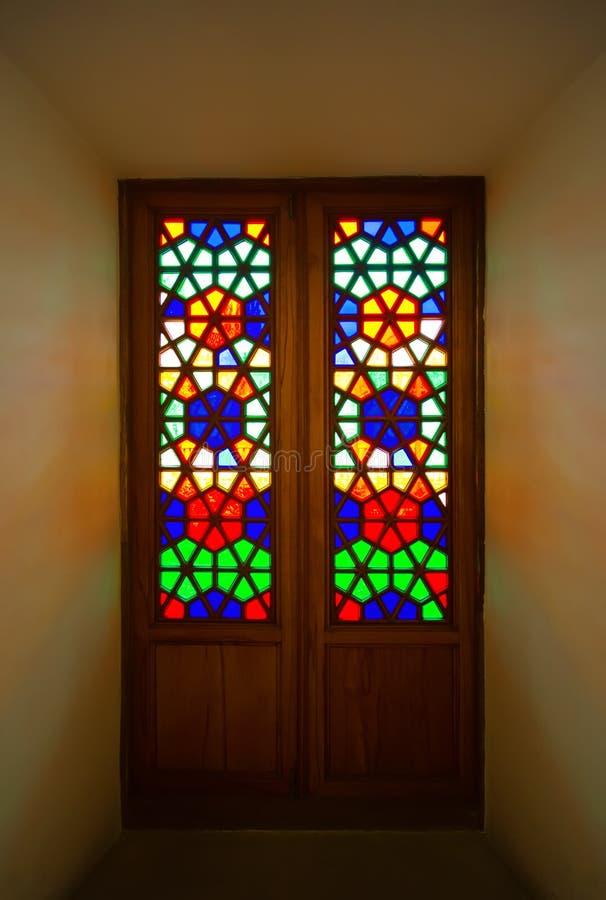 Старая дверь с мозаиками покрашенного стекла внутри здания стоковое фото rf