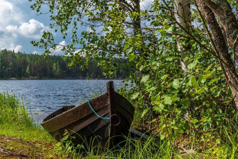 Старая деревянная весельная лодка на береге озера Saimaa в Finlan стоковые изображения rf